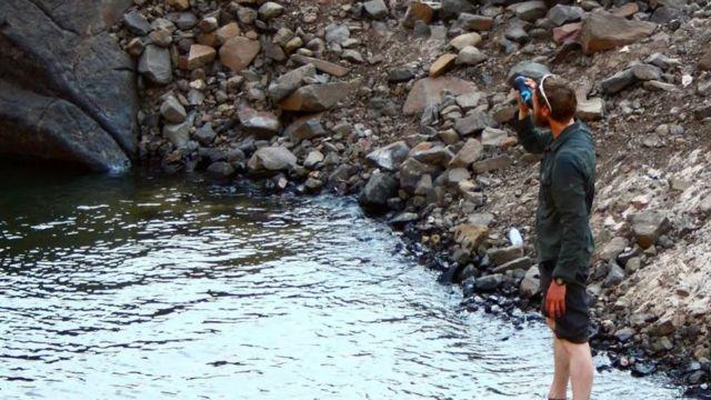 Chaz Powell refrescándose en un río.