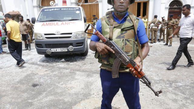 جندي وسيارة إسعاف في موقع أحد الانفجارات