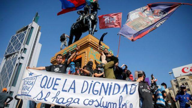 Manifestantes en Plaza Dignidad este sábado.