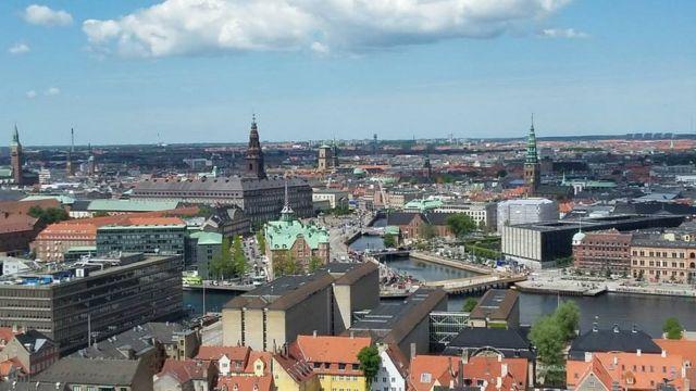 ઇમારતો અને આકાશ સાથે શહેર દૃશ્યમાન કરતી તસવીર