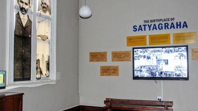 Exposição sobre Gandhi em estação de trem na África do Sul