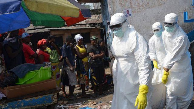 Trabalhadores sanitários retiram um cadáver na Libéria