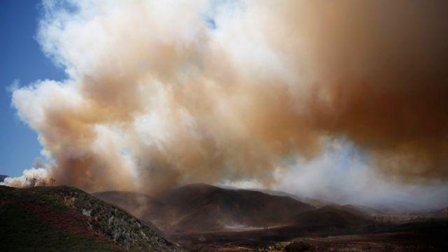 山火事の現場からは大きな煙が上がった