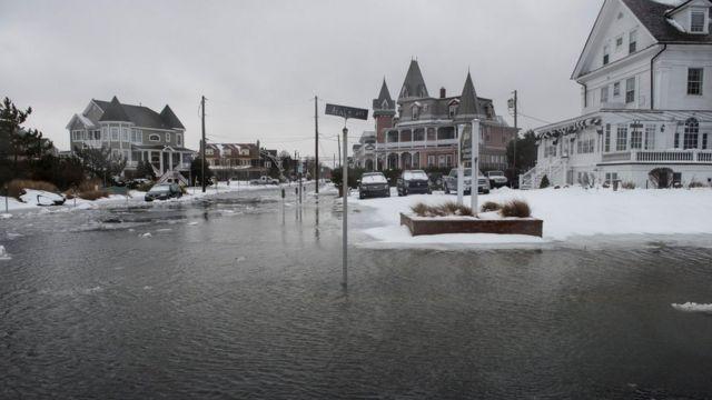 ニュージャージー州は積雪のほか洪水にも見舞われた。ケイプメイで(23日)