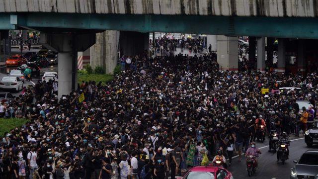 ผู้ชุมนุมขณะเคลื่อนขบวนจากสะพานลอยหน้าห้างสรรพสินค้าเซ็นทรัลในเวลา 16.00 น. ก่อนไปปักหลักอยู่ที่ห้าแยกลาดพร้าว เมื่อ 17 ต.ค.