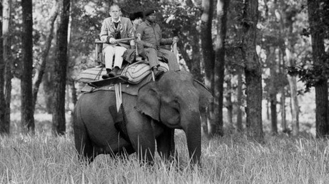 රැජින සමග දස දින ඉන්දීය චාරිකාවක නිරත වූ අවස්ථාවේ Kanha Game රක්ෂිතයේදී අලියෙකු පිට නැගී යන ෆිලිප් කුමරු Philip sits atop an elephant while visiting the Kanha Game Reserve today during his ten day tour of India with the Queen / Copyright: PA