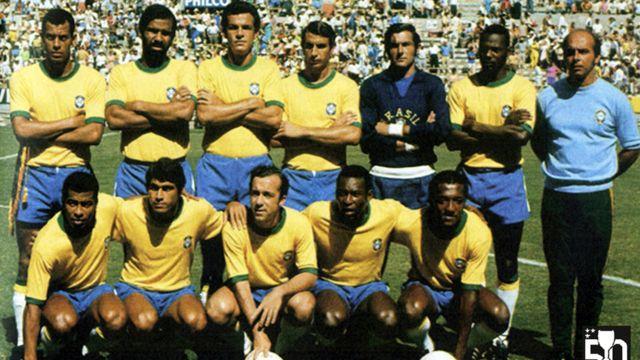 Pelé agachado em meio a jogadores da Seleção Brasileira