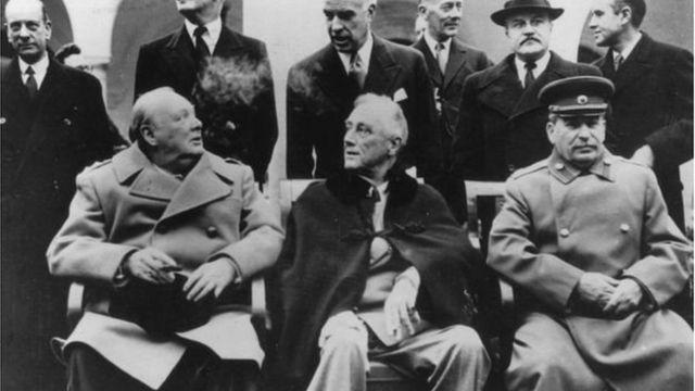 Stalin (hàng đầu bên phải)