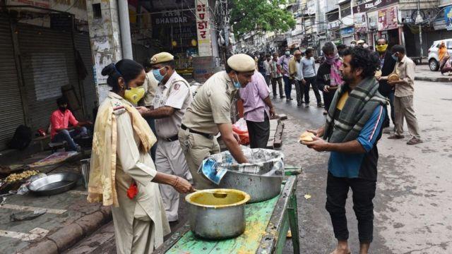 Раздача бесплатной еды в Дели