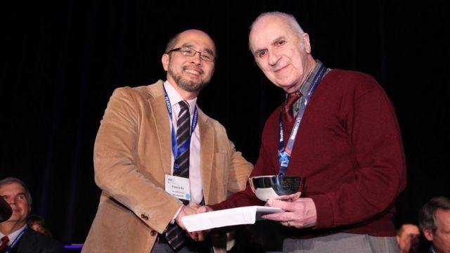 George Berzsenyi recibiendo el premio Logros de Vida de la Asociación Matemática de EE.UU.
