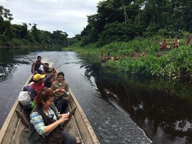 María Gloria Domínguez em canoa com indígenas
