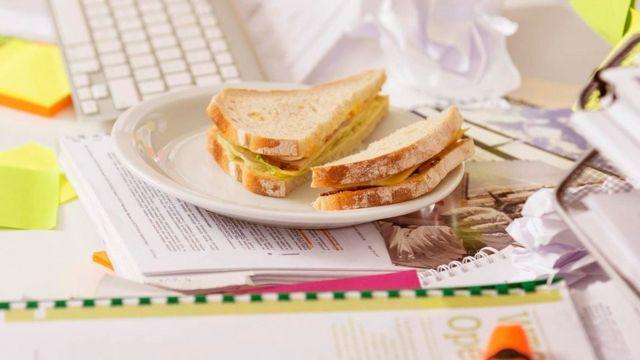 办公桌上吃午餐
