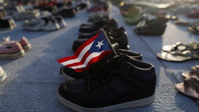 Una bandera puertorriqueña en un par de zapatos en el Capitolio, Washington D.C., Estados Unidos.