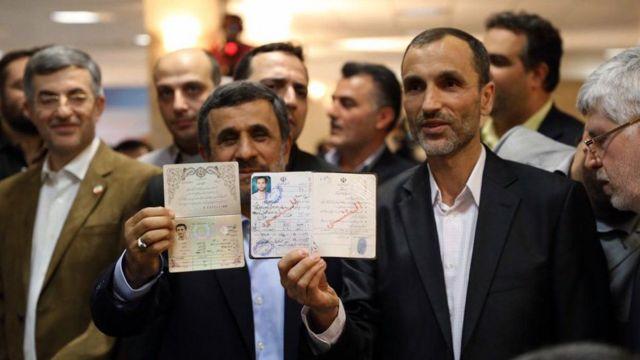 محمود احمدینژاد (چپ) همراه با حمید بقایی (راست) معاون سابقش برای انتخابات ۱۳۹۶ ثبت نام کرد که هر دو رد صلاحیت شدند