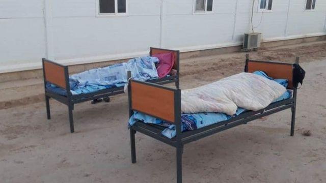 Giường kê nằm ngoài trời cho các công nhân Việt mắc Covid-19 để chờ có chỗ trong khu cách ly ở Uzbekistan