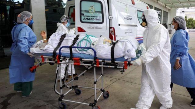 Em janeiro, quando Manaus sofreu uma forte onda de covid-19, faltou oxigênio nos hospitais e pacientes tiveram que ser transferidos para outros Estados. Demora na intubação é um dos motivos da alta mortalidade no país