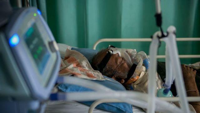 Pacientes que sufren de covid-19 grave recibiendo oxígeno en una unidad de cuidados intensivos (UCI) de un hospital en Nueva Delhi, India, mayo de 2021.