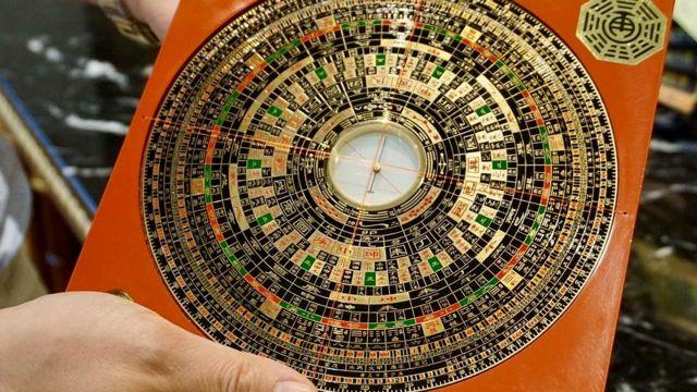 Специалисты по фэншуй пользуются специальными фэншуйными компасами