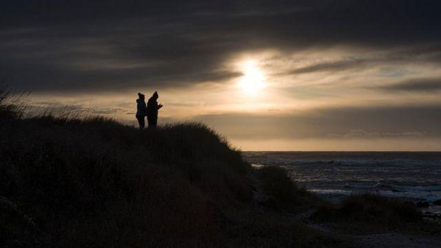 Силуэты на фоне исландского неба