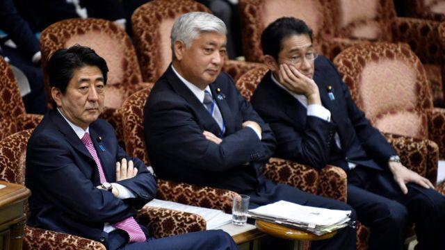 空の委員会室で特別委の開始を待つ安倍首相(左)、中谷防衛相(中央)と岸田外相(16日)
