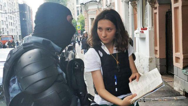 Olga pokazuje ustav policajcu
