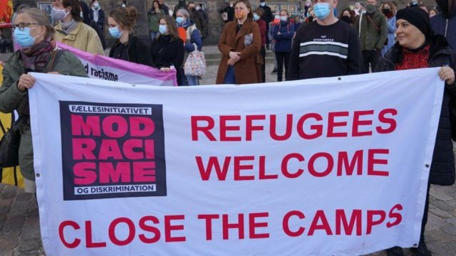 Protesto gösterilerinde 'Mülteciler hoşgeldiniz' , 'Kampları kapatın' gibi sloganlar öne çıkıyor