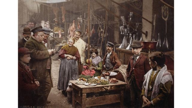 Una calle de Nápoles, Italia, foto tomada alrededor de 1900. Swiss Camera Museum Collections