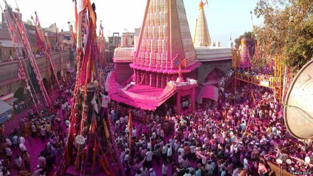 महाराष्ट्र में शनिवार को ज्योतिबा मेला का आयोजन किया गया, इस मेले में लोग इकट्ठा होकर देवी ज्योतिबा की आराधना करते हैं.