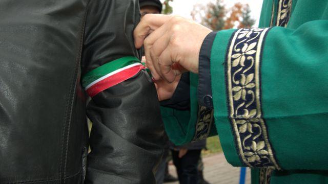 Активисту повязывают ленточку цветов флага Татарстана
