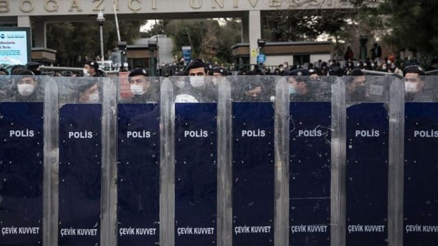 حضور پلیس در برابر دانشگاه پیش از شروع اعتراضات در ۱ فوریه