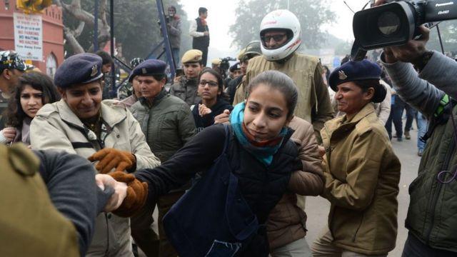 دہلی میں ہونے والے مظاہروں میں پولیس پر خواتین کے ساتھ غیر ضروری طاقت کے استعمال کے الزامات سامنے آئے ہیں
