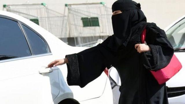 Kadın araba kullanıyor