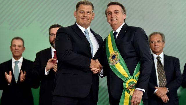 Gustavo Bebianno aperta mão de Bolsonaro na posse presidencial, em 1º de janeiro