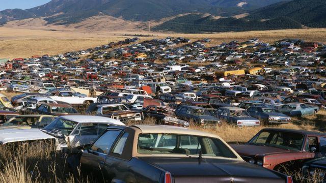 Autos abandonados en una llanura en Estados Unidos.