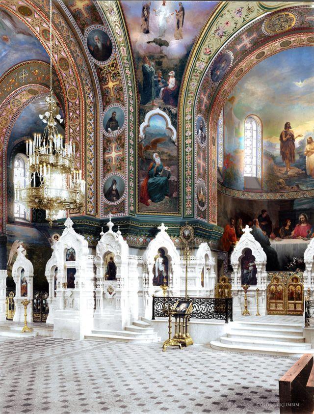 Epiphany Church:謝日尼娜用了好幾天時間為聖彼得堡一個教堂的內部的老照片上色,教堂內部展示了很多裝飾和偶像等細節