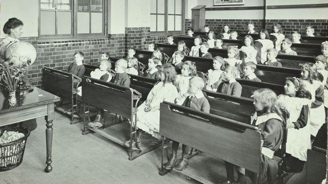 Clase en escuela en Londres en 1905