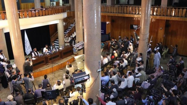 Талибы проводят пресс-конференции в медиа-центре, построенном на американские деньги