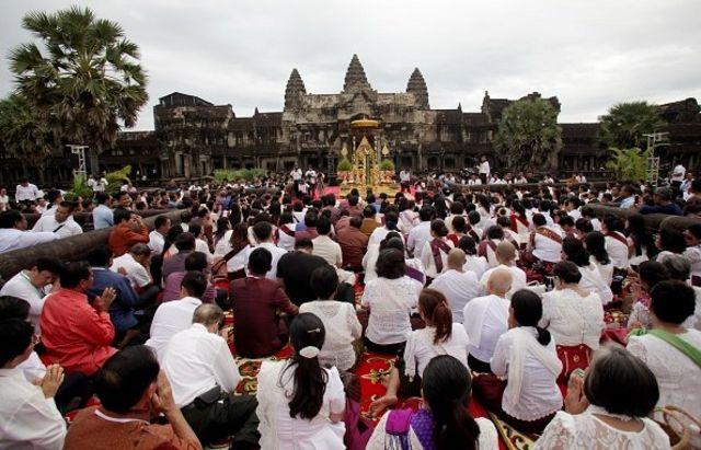 ประชาชนชาวกัมพูชาเข้าร่วมพิธีบวงสรวงในวันที่ 2 ธันวาคม ที่นครวัดในจังหวัดเสียมเรียบ