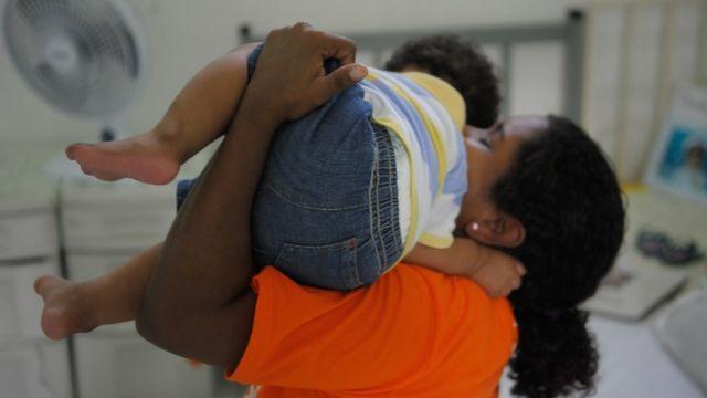 Mãe com filho no Complexo Penitenciário de Bangu, em foto de arquivo