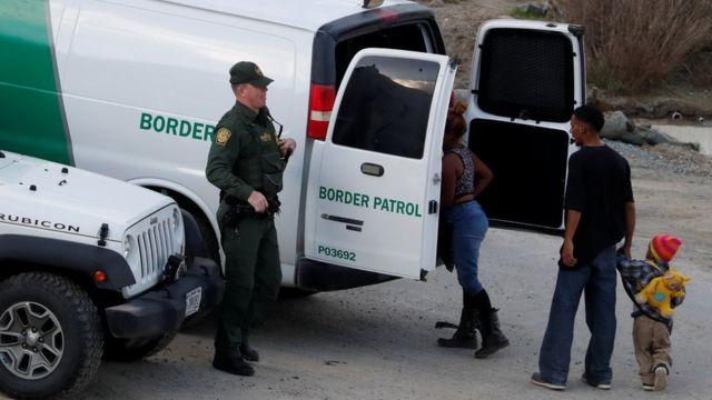 La Patrulla Fronteriza de EE.UU. detiene a un grupo de migrantes