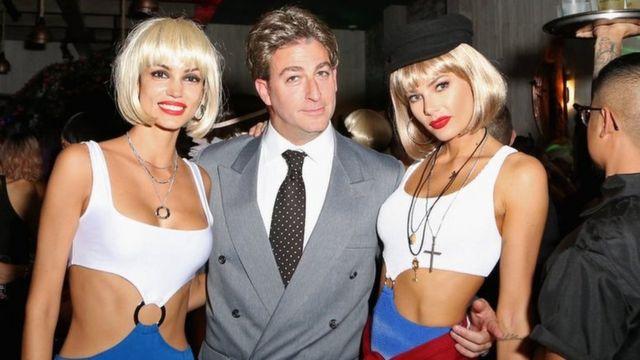 Американский продюсер Марк Бирнбаум с двумя моделями