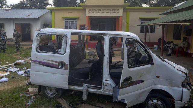 Paramilitares indianos vigiam veículo depois que uma pessoa foi ferida em um linchamento no país
