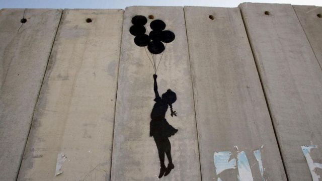 """""""بالونات الجدل"""" على الجدار العازل في الضفة الغربية في 2005"""