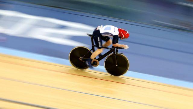 Ciclista no velódromo da Londres 2012 durante a Paralimpíada