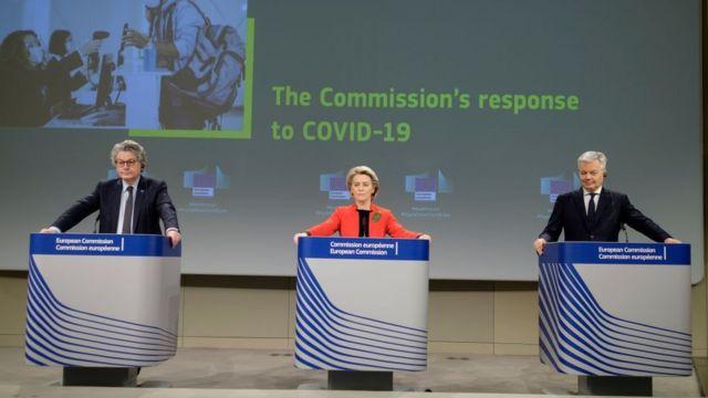El comisario de Mercado Interno, Thierry Breton (izq.), la presidenta del a Comisión Europea, Ursula von der Leyen (centro), y el comisario europeo de Justicia, Didier Reynders, al presentar la propuesta en marzo pasado.
