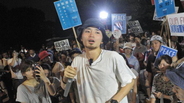学生の抗議活動を主導した奥田さんは政治をファッションと混合させた