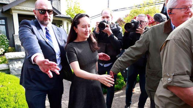 Meng Wanzhou es escoltada por seguridad al salir de su casa en mayo de 2019 en Vancouver.
