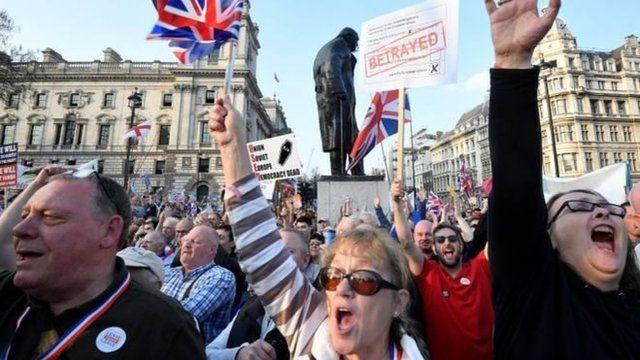數以千計支持脫歐的民眾在議會大廈外面舉行示威,抗議推遲脫歐進程。抗議活動導致交通一度陷入癱瘓。