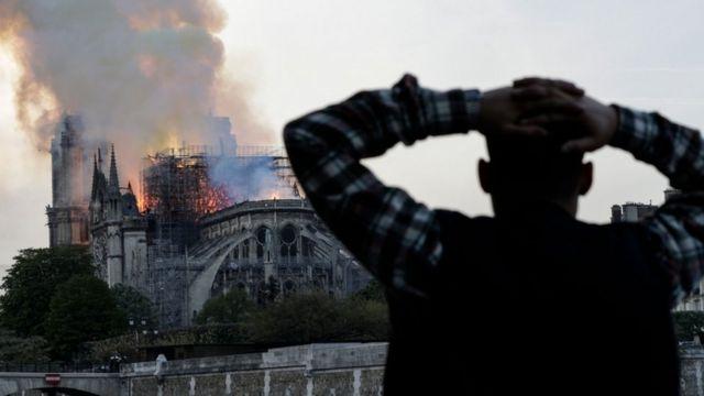 Hombre observa el incendio.