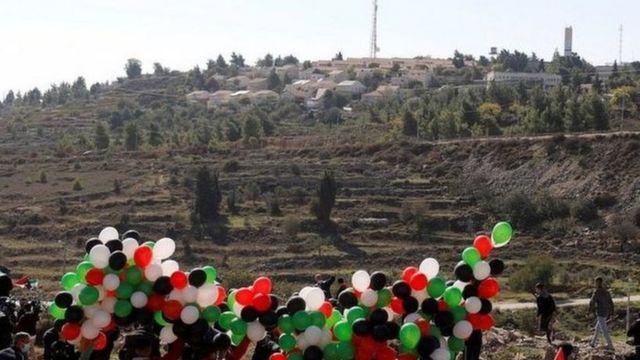 تظاهر فلسطينيون بالقرب من مستوطنة بسجوت يوم الأربعاء احتجاجا على الزيارة